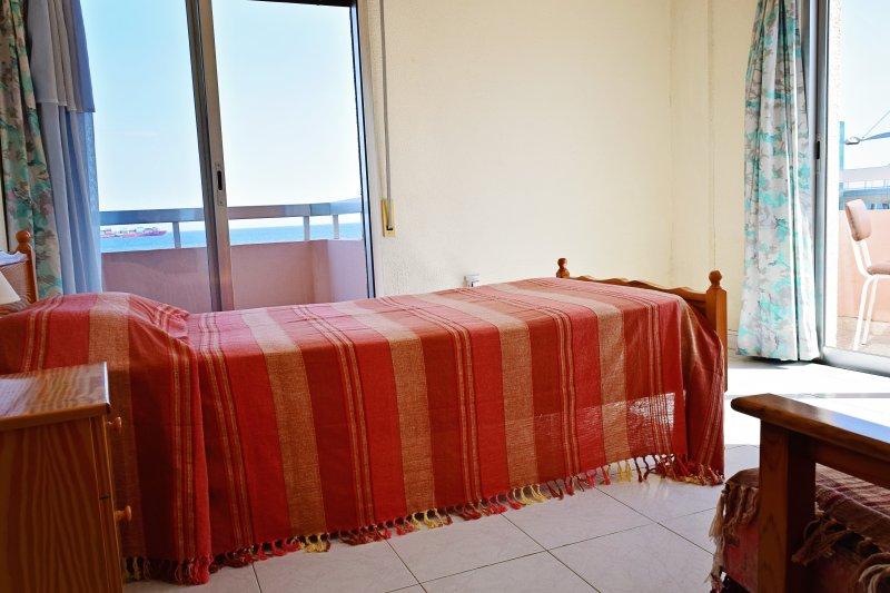 Single kamer overgoten door zonlicht, met twee balkons met zeezicht!