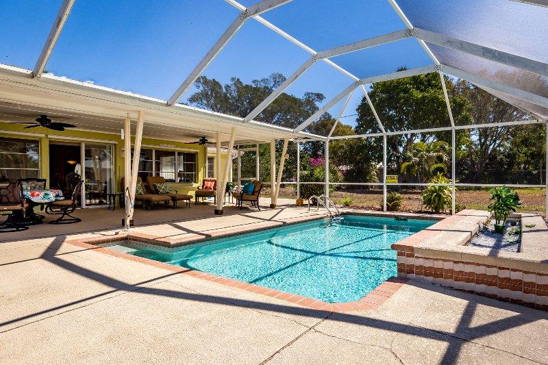 Terraza con piscina climatizada solar