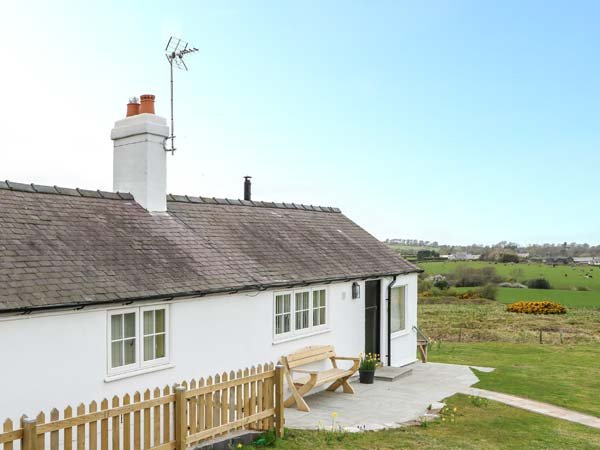 CROWN COTTAGE, all ground floor, WiFi, pet-friendly, near Holywell, Ref 16474, vacation rental in Ffynnongroyw