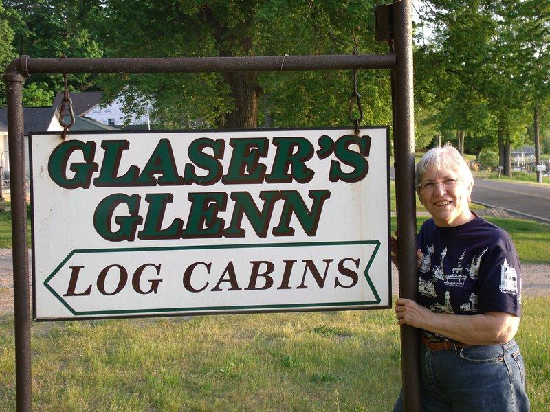 Lynn Glaser, dueño y anfitriona, le da la bienvenida a Glenn de Glaser Log Cabin Resort