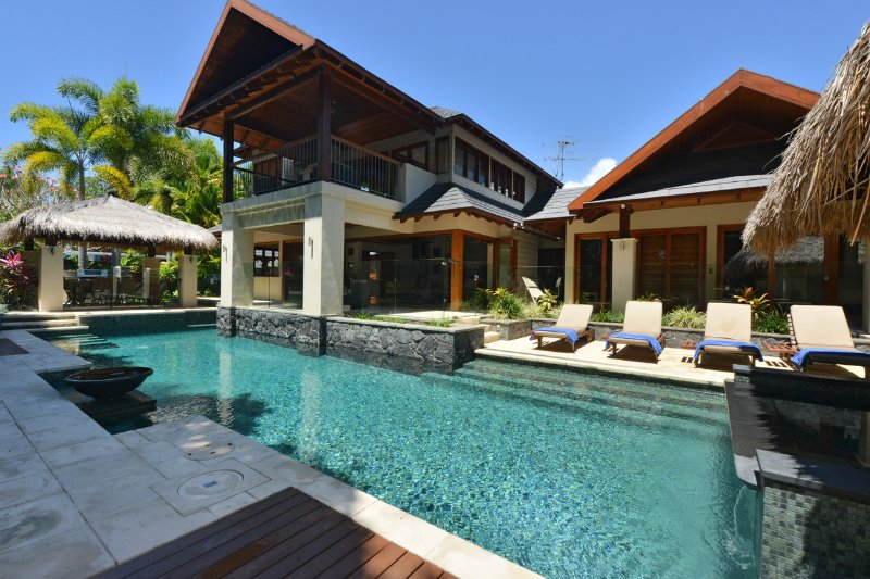 12 Cowrie Street - 4 Bedroom Beachfront House, vacation rental in Port Douglas