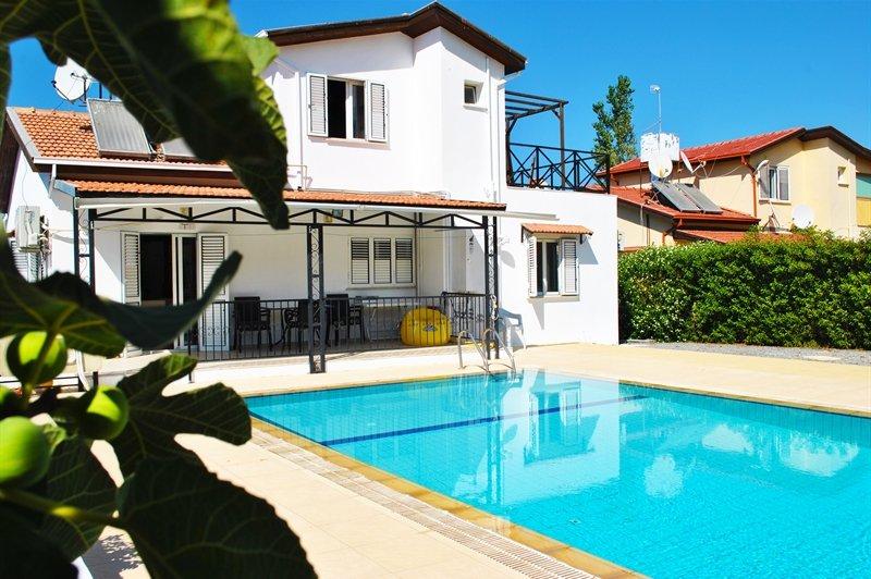 Lovely villa within the walking distance to kyrenia city centre, vacation rental in Kyrenia