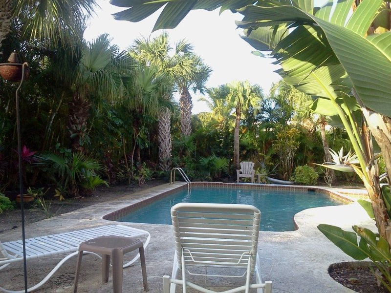 Island Home - One Block From Beach - Kayaks Included, location de vacances à Vero Beach