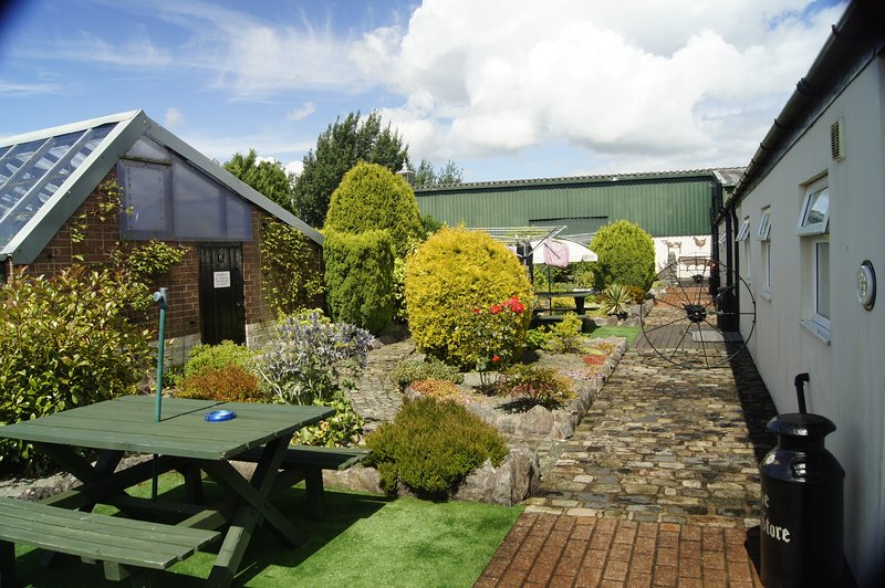 Corn Store & Hereford Flexible self catering accommodation for up to 8 people, vacation rental in Cheadle