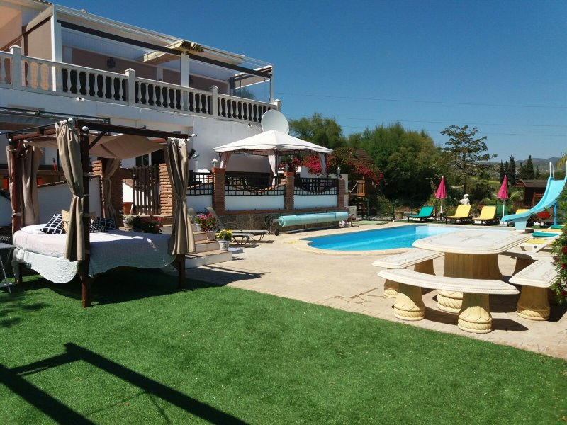 large villa 8 Bedroom, sleeps 16/18 heated pool jacuzzi playpark, vacation rental in Cartama