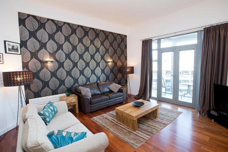 La bella ampio salone confortevole può ospitare sei persone e si accede al balcone