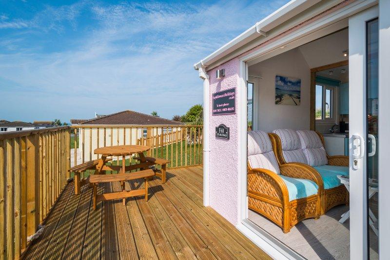 ChyAnTowan - 2 bedroom self-catering chalet with veranda. 5 min walk to beach., holiday rental in Angarrack