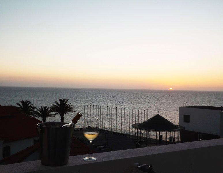 To toast the eyes with the sunset, to feel in the skin the slight breeze of the sea ...