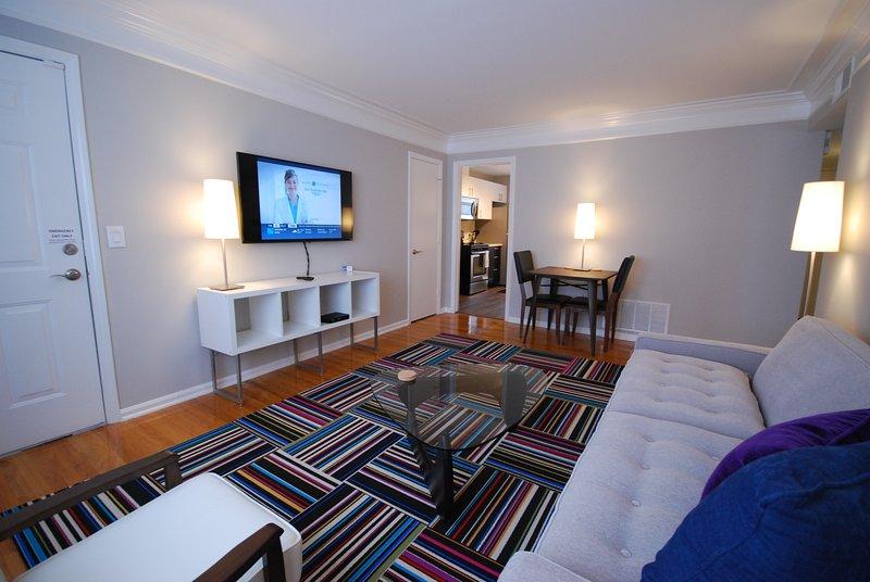 Brookwood Courtyard Condos - Elegante sala de estar con TV LED de 50 pulgadas