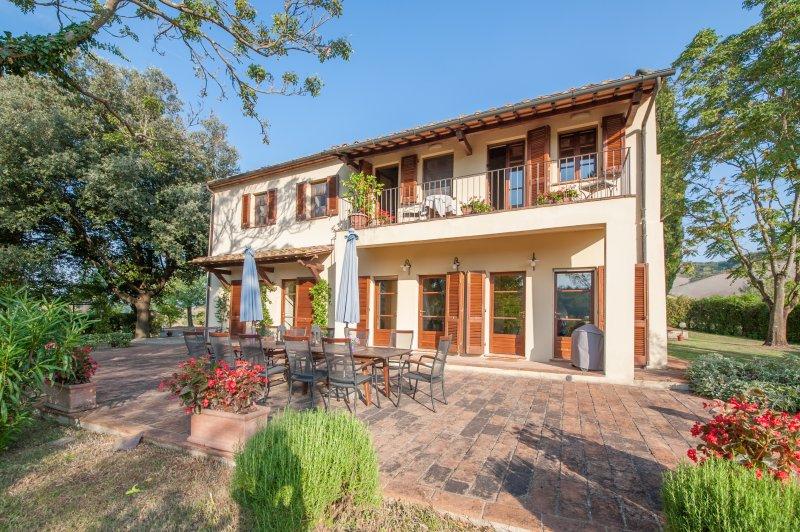 Rodeado de terrazas que ofrecen hermosas vistas de la campiña toscana.