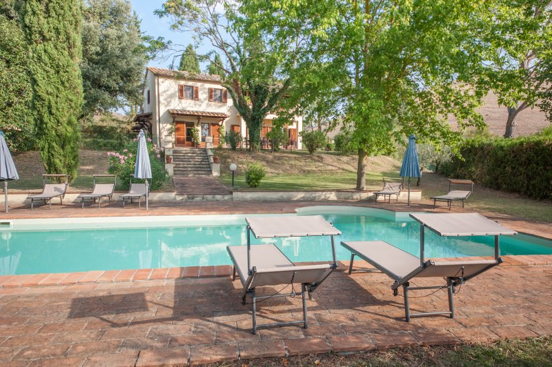 Beautiful private villa with pool & tennis court near Volterra & San Gimignano, holiday rental in Volterra