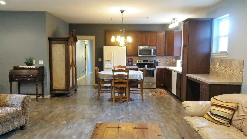 Amplio y limpio alojamiento para viajes de negocios o familiar. Unidad privada arriba.