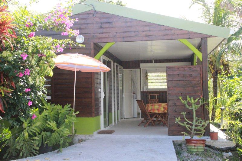 Joli bungalow dans un petit coin de verdure, vacation rental in Riviere-Salee