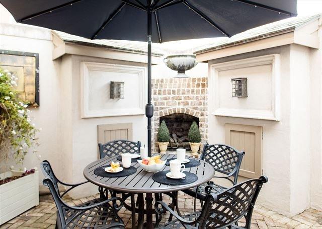 Flexible Refund Policies: Dog Friendly Historic Home w/ Courtyard, casa vacanza a Pooler