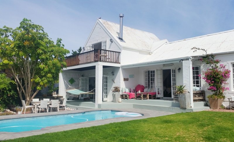 Beautiful self-catering holiday home in rustic beach style decor, set in a quiet street