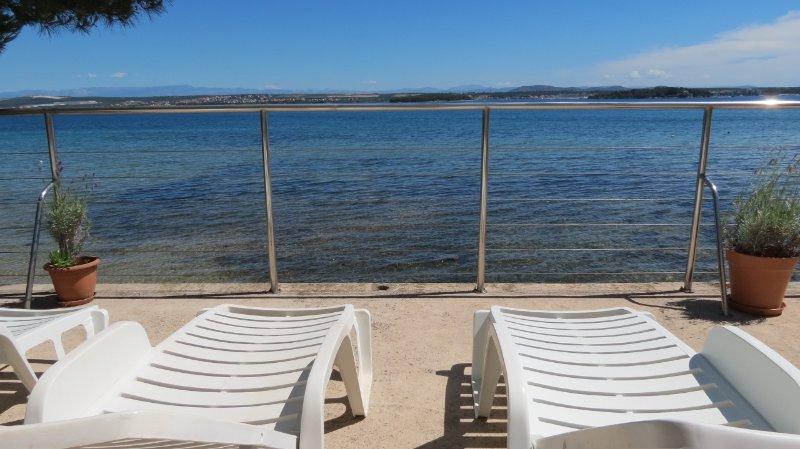 Mobile home on the beach, location de vacances à Tkon