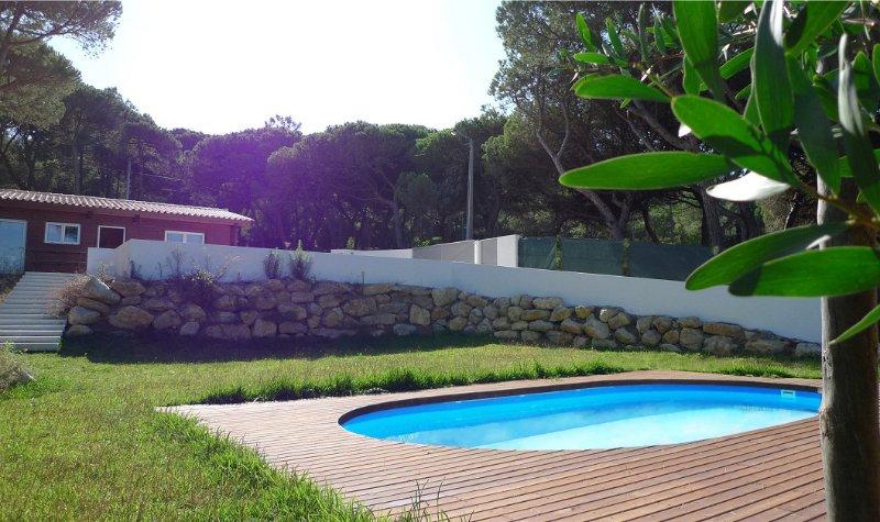 Une maison moderne en bois entre les montagnes et la mer avec une piscine privée.