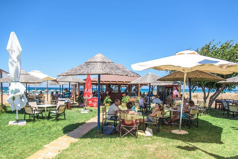 La taverna propone piatti della tradizione greca e una varietà di bevande