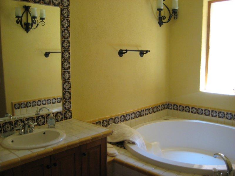 En bas de bain principale avec un bain parfait pour se détendre beaucoup de bière!