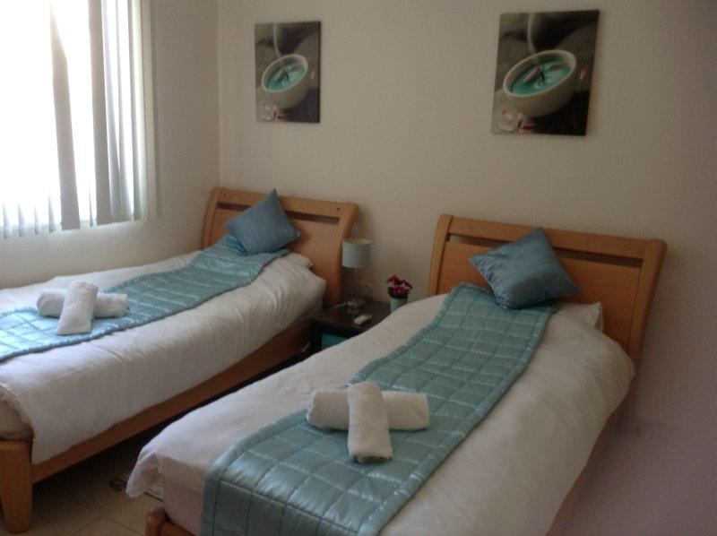 habitación doble azul con baño ducha. Planta baja