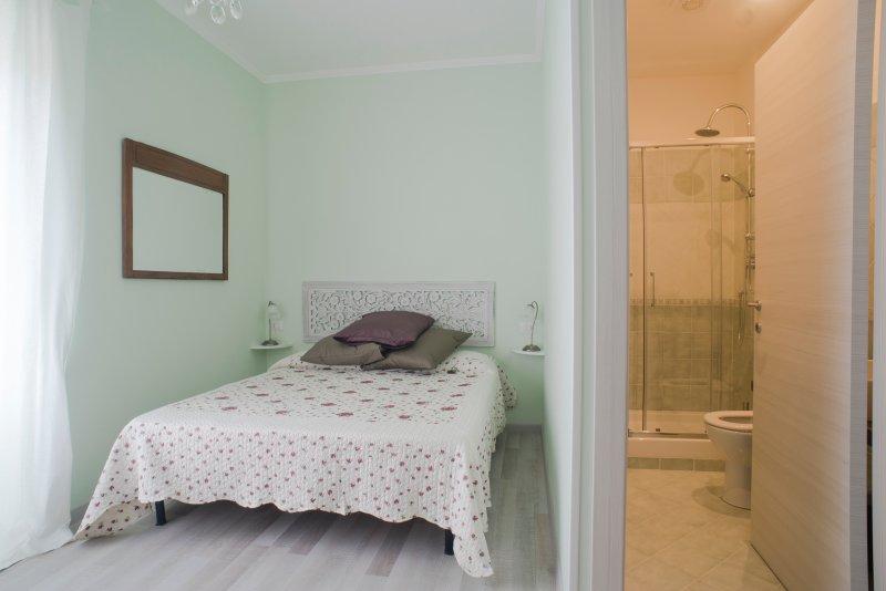 'Edera': bed and bathroom
