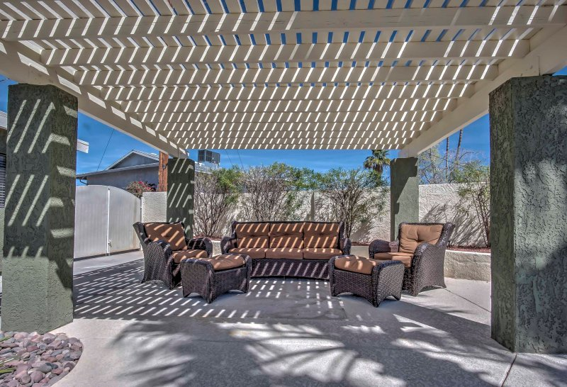 Lounge in de gezellige outdoor leefruimte.