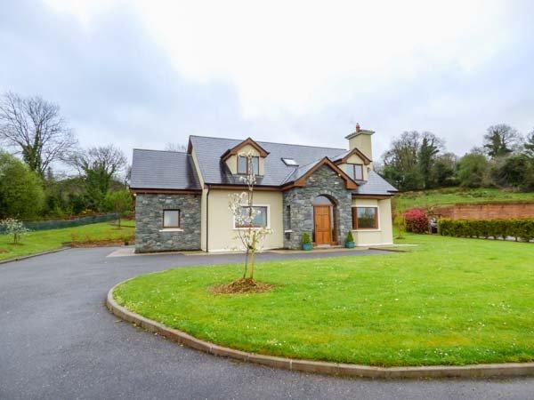 SERAH, spacious accommodation, open fire, lawned garden with patio, Killarney, holiday rental in Kilcummin