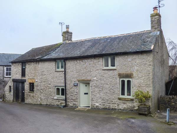 KEMPSHILL COTTAGE, woodburning stove, close to village centre in Tideswell, Ref, vacation rental in Foolow