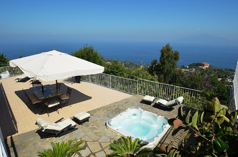 Sant'Agata sui Due Golfi Holiday Home Sleeps 8 with Air Con and WiFi - 5364860, alquiler vacacional en Priora