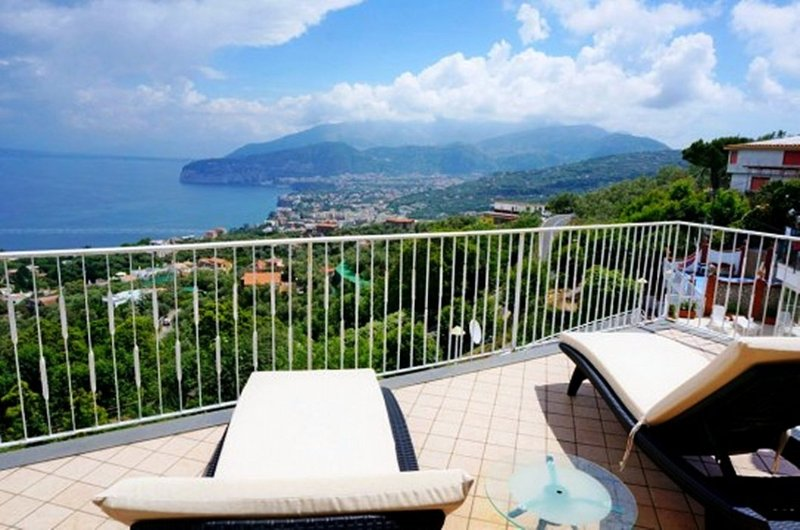 Sant'Agata sui Due Golfi Holiday Home Sleeps 6 with Air Con and WiFi - 5364861, alquiler vacacional en Priora