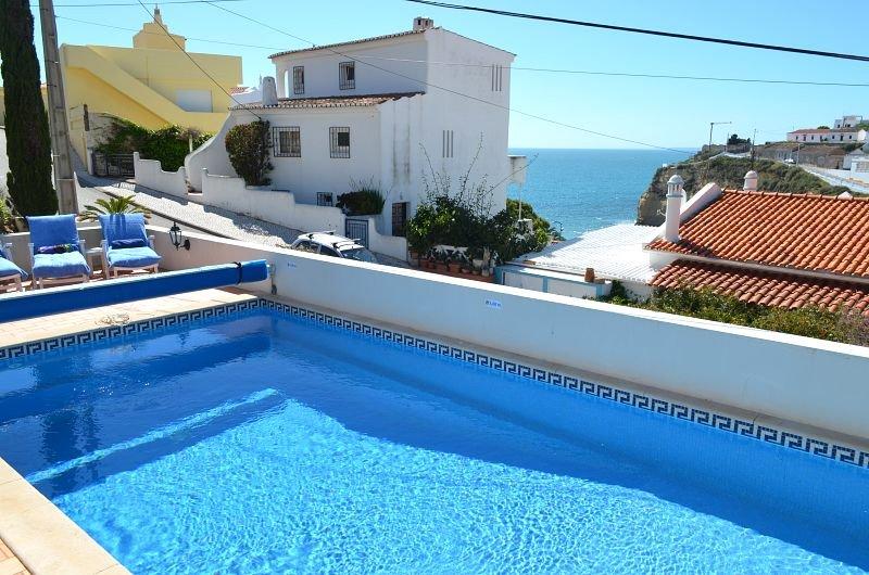 Casa Caravela, a central villa with heatable pool, good seaviews, 300m to beach, holiday rental in Carvoeiro