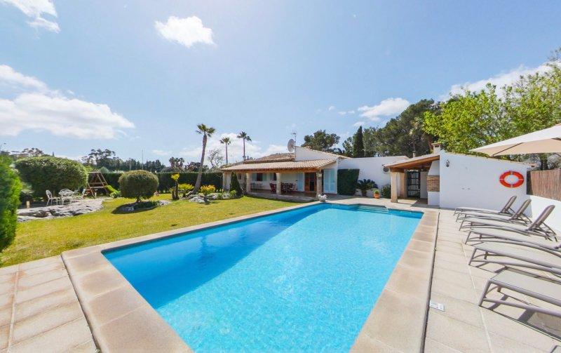Wonderful family villa with private pool walking distance to Puerto Pollensa tow, alquiler de vacaciones en Port de Pollença