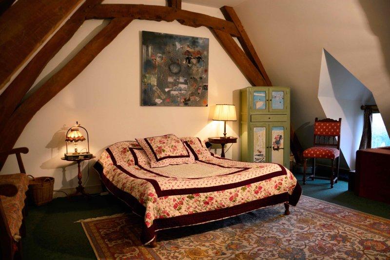Uma cama extra grande no mezanino