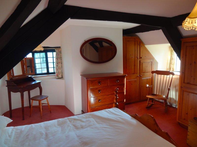 Camera da letto 1 si trova nella parte più antica dell'edificio, sopra il soggiorno. Ha un letto matrimoniale.