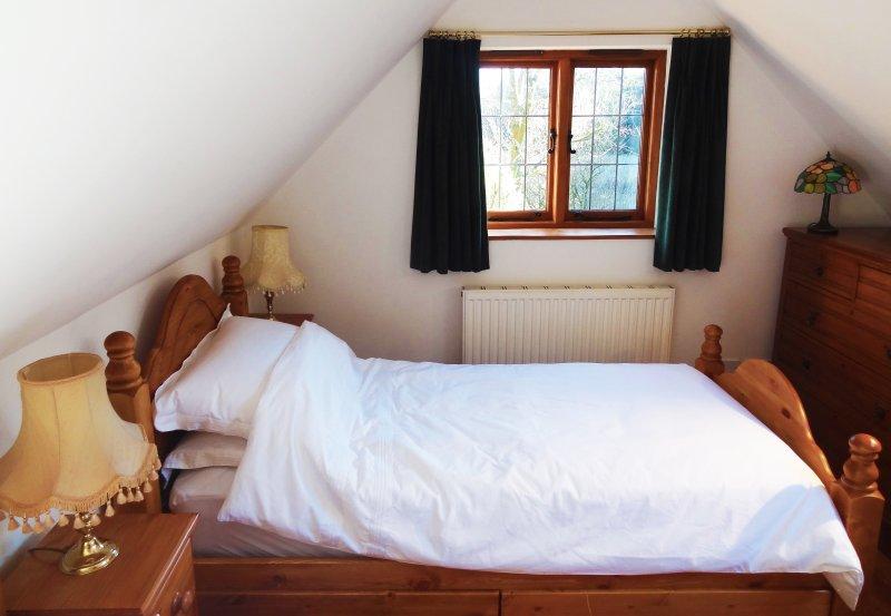 Camera da letto 3 guarda anche ad est su terreni agricoli per il fiume Washford e boschi di là.