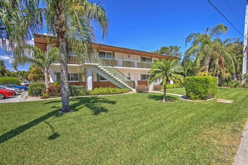 Walk to Beach & Marina from Singer Island Condo!, vacation rental in Singer Island