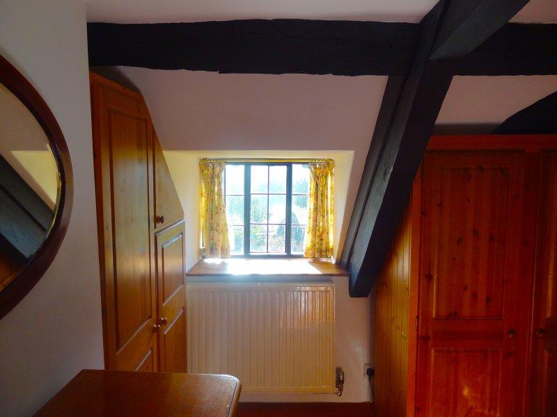 Camera da letto 1 guarda a sud-est ai ponti e padiglione nel giardino.