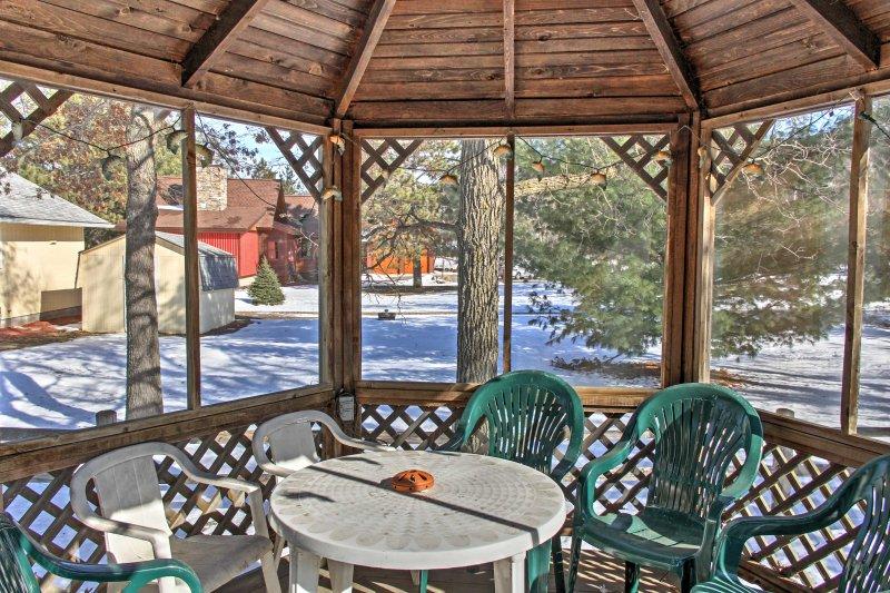 Desfrute de refeições caseiras fora no gazebo fora da cabine principal.
