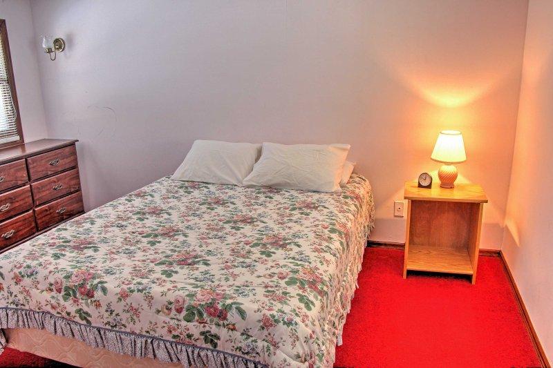 A cabine principal tem 2 quartos e 1 casa de banho. Descansar nessa cama queen-size de pelúcia.