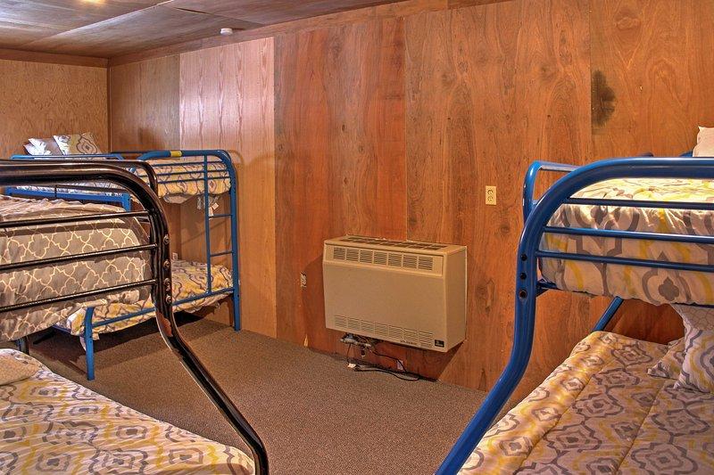 O bunker, que é equipado com beliches 3 twin-over-cheia, é perfeito para todas as crianças no grupo.
