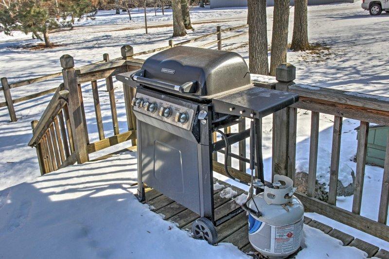 Coloque um hambúrguer na grelha para uma refeição casual em casa.
