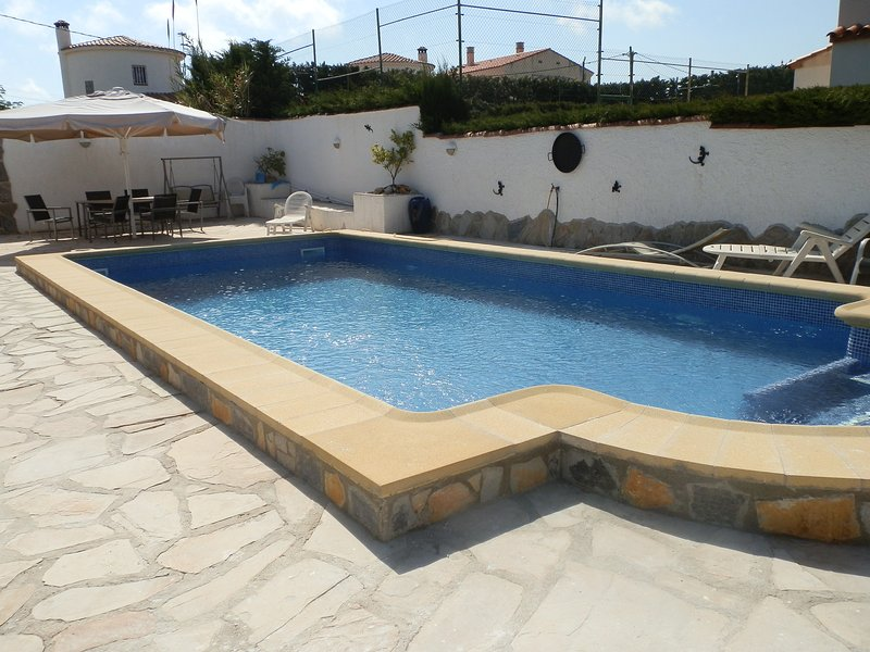 VILLA MARIA FREE WIFI FULL AIR CON SLEEPS 15+, holiday rental in L'Ametlla de Mar