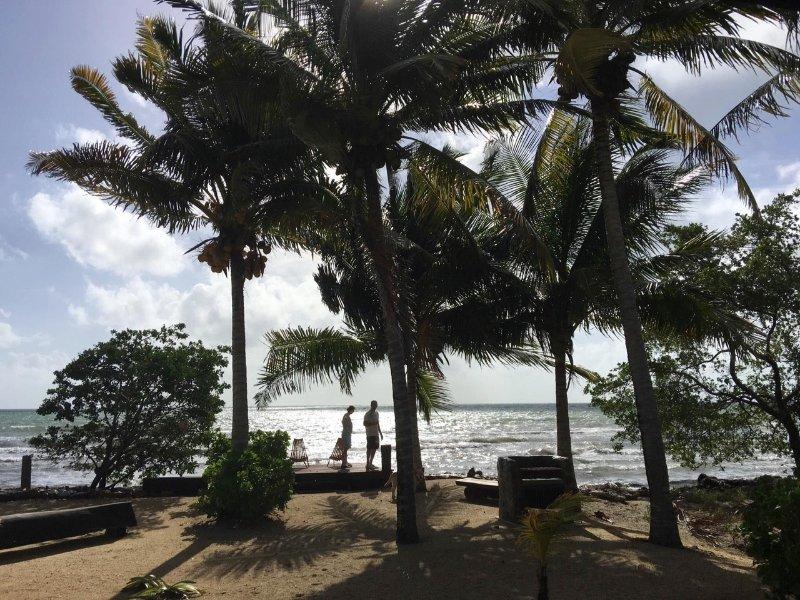 Blick aus vom Haus zum Strand, Meer. Privatstrand mit dem Grill und Pier mit Liegestühlen
