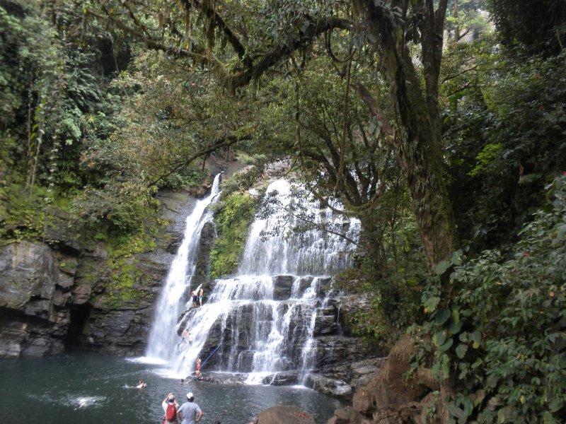 Faites une visite aux chutes d'eau magnifiques Nauyaca.
