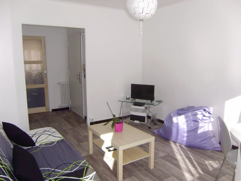 Quedarse y habitación con vistas a una pequeña terraza