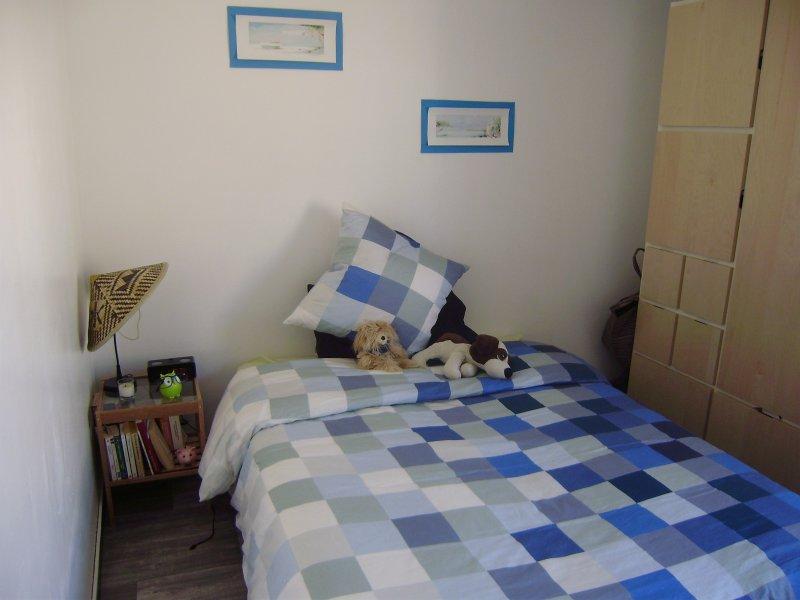 habitación doble con armario y escritorio
