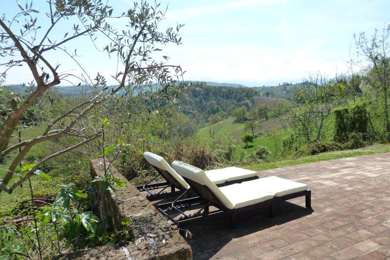 Vista de las montañas de Sibillini desde la terraza de la piscina