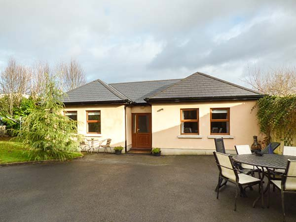 5 KILNAMANAGH MANOR, pet-friendly cottage with WiFi, ground floor, vacation rental in Tipperary
