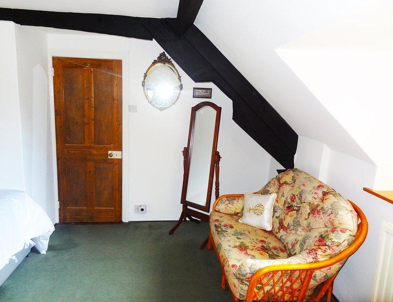 Alla fine dello sbarco è camera da letto 2, che si trova direttamente sopra la sala da pranzo C17th.