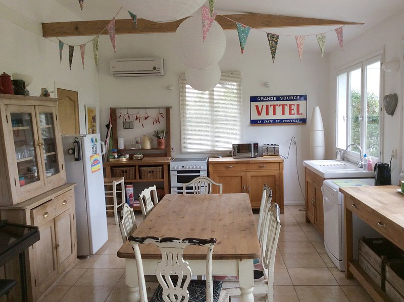 The White House - Light, Spacious & Fun, Family Holiday Home!, alquiler de vacaciones en McConnelsville